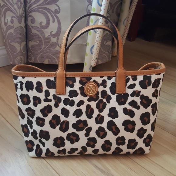 7d53ce25ce8d Tory Burch Kerrington small tote leopard prints. M_5b16b361aa87702a7a2176d0